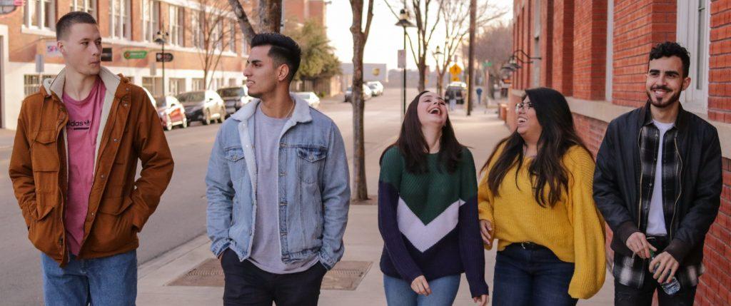 Grupo de amigos a conversar e a rir